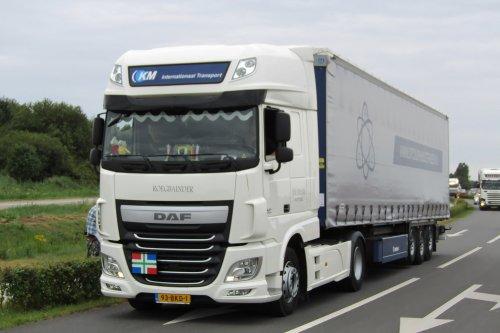 Holwerd Trucking (Holwerd) ×, DTC Surhuisterveen BV (Holwerd) × op de foto met een DAF XF Euro 6, opgebouwd als zeilenwagen.