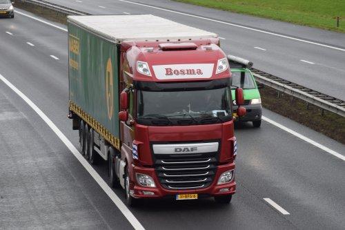 Hier zie je Bosma Transport (Rotsterhaule) × met een DAF XF Euro 6, opgebouwd als zeilenwagen.. Geplaatst door william-hamstra op 21-03-2020 om 12:17:24, op TractorFan.nl - de nummer 1 tractor foto website.