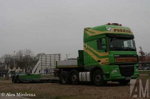 Foto van een DAF XF105, opgebouwd voor speciaal transport.. Geplaatst door Alex Miedema op 04-12-2014 om 16:55:44, op TractorFan.nl - de nummer 1 tractor foto website.
