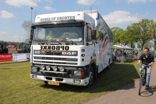 Foto van een DAF 95 van de Dukes of Dronten.. Geplaatst door Tinus op 14-12-2014 om 21:26:59, op TractorFan.nl - de nummer 1 tractor foto website.