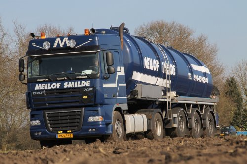 Meilof Smilde met één van hun vele vrachtwagens in de mesttransport voor het bouwland bemesten in Nieuw-Balinge.