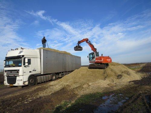 Foto van een DAF XF105, opgebouwd voor bulktransport.. Geplaatst door oldtimergek op 22-03-2014 om 19:54:30, op TractorFan.nl - de nummer 1 tractor foto website.