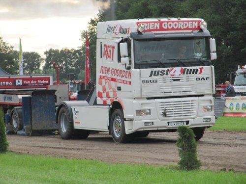 Foto van een DAF 95XF, bezig met tractorpulling.. Geplaatst door CHALLENGERfan op 23-06-2014 om 19:27:28, op TractorFan.nl - de nummer 1 tractor foto website.