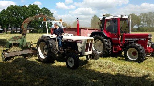 Foto van een David Brown 990 bezig met grashakselen. een dagje hobbyen in 2015  blijft toch jammer dat we het spul niet meer hebben achteraf :D