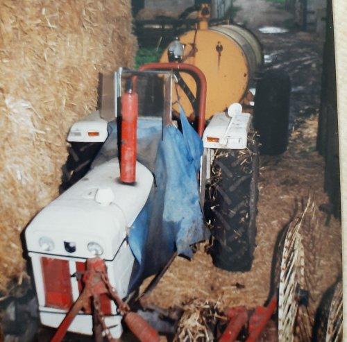 David Brown 880 met veenhuis giertank. Foto ergens uit de jaren 80, een trekker van mijn opa toen. Had ook nog een David Brown 990. Met jas en raampje, speciaal voor Adrie haha.   En ook gewoon omdat ik het een mooie foto vond met herinneringen.