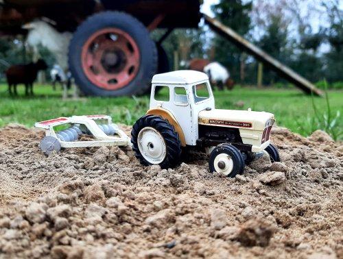 Foto van een Dinky toy. Bezig met de tuin bewerken.. Geplaatst door stijn-de-bock op 21-03-2021 om 14:59:06, met 21 reacties.
