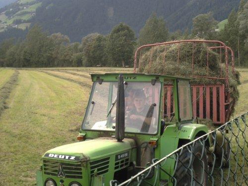 Foto van een Deutz-Fahr Onbekend, bezig met gras inkuilen.. Geplaatst door Johndeertjepowerr op 24-09-2008 om 19:01:57, met 4 reacties.