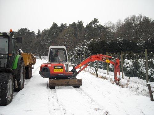 Foto van een Deutz-Fahr Agrotron 106, bezig met dumperen.de buurman had een kraantje gehuurd :). Geplaatst door landbouw op 07-01-2009 om 21:28:02, op TractorFan.nl - de nummer 1 tractor foto website.