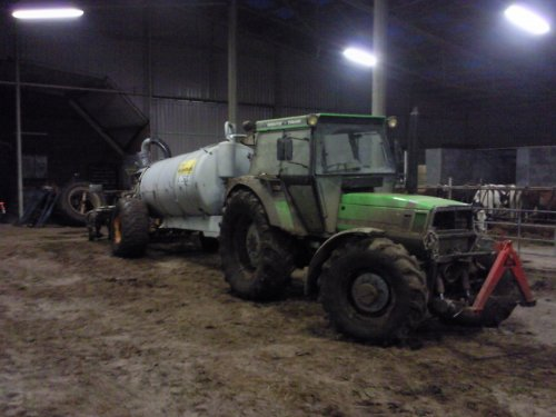 Foto van een Deutz-Fahr DX 6.05, bezig met bemesten.. Geplaatst door newholland-tgfan op 04-03-2009 om 09:38:57, met 4 reacties.