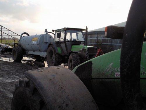 Foto van een Deutz-Fahr DX 6.05, bezig met bemesten.. Geplaatst door newholland-tgfan op 04-03-2009 om 09:39:33, met 2 reacties.