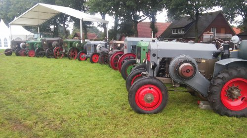 Foto van een Deutz 9x MTZ, 320-220-320-220-220-320-320-320-320, Historischer Feldtage Nordhorn 2017. Geplaatst door Deutz KHD op 07-12-2017 om 10:22:14, op TractorFan.nl - de nummer 1 tractor foto website.