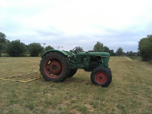 Foto van een Deutz D25 aan het slepen met een zelfbouw weidesleep.. Geplaatst door Frederick op 09-07-2018 om 22:37:17, op TractorFan.nl - de nummer 1 tractor foto website.