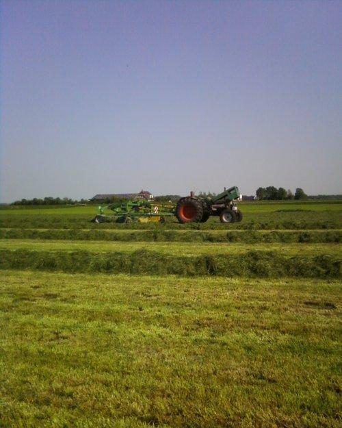Foto van een Deutz D8006, bezig met gras harken. Ja, daar sta je dan zonder je benodigde ranja ;). Geplaatst door Ronijn op 10-05-2008 om 09:42:46, met 11 reacties.