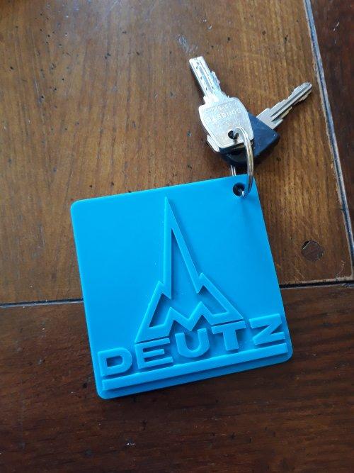 Foto van een Deutz sleutelhanger, zelf getekend op de computer en 3D uitgeprint op school. Helaas was het niet mogelijk om hem in een andere kleur te printen.