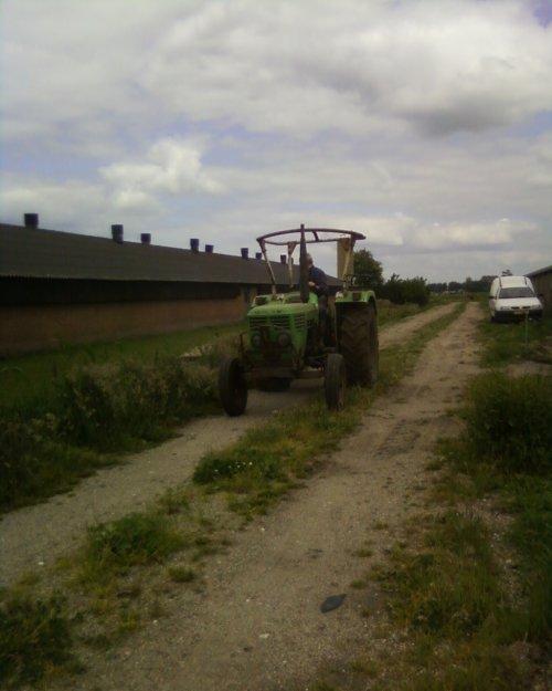 Foto van een Deutz D4506, bezig met gras maaien, even de kantjes maaien ;). Geplaatst door Ronijn op 23-05-2008 om 22:42:50, op TractorFan.nl - de nummer 1 tractor foto website.