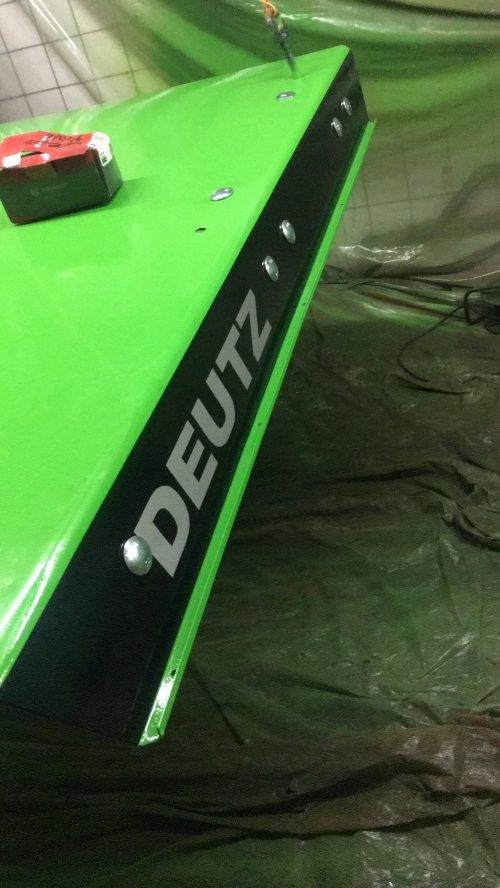 Hier zie je Ceezz Technische en Agrarische Dienstverlening (Marum) × met een Deutz DX 160. Nieuwe lak, nieuwe stikkers