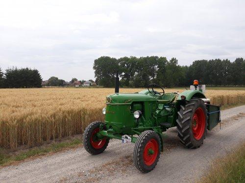 Foto van een Deutz D25S aan het poseren, bij een tarwe land. Een mooie foto vind ik zelf😊. Geplaatst door deutz d25s op 11-07-2019 om 22:42:04, met 5 reacties.