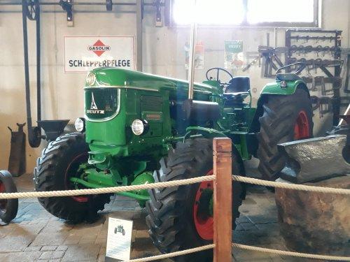 Foto van een Deutz D9005A, bij het Auto & Traktor Museum Bodensee. Geplaatst door Kramer U800 op 21-07-2019 om 10:41:25, met 25 reacties.