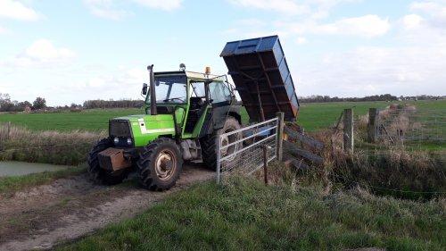 Foto van een Deutz DX met kipper aan het grond ver rijden. Geplaatst door thijs-grijsen op 24-09-2019 om 16:17:51, op TractorFan.nl - de nummer 1 tractor foto website.