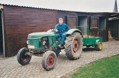 Foto van mezelf op mijn eerste eigen tractor, foto van eind jaren negentig. Ik was toen 17. Geplaatst door stijn-de-bock op 02-10-2019 om 05:22:32, met 7 reacties.