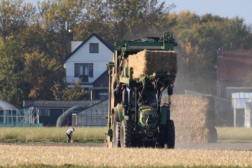 Foto van een Deutz onbekend/overig bezig met stro steken. Geplaatst door warmerbros op 08-12-2019 om 21:20:50, op TractorFan.nl - de nummer 1 tractor foto website.