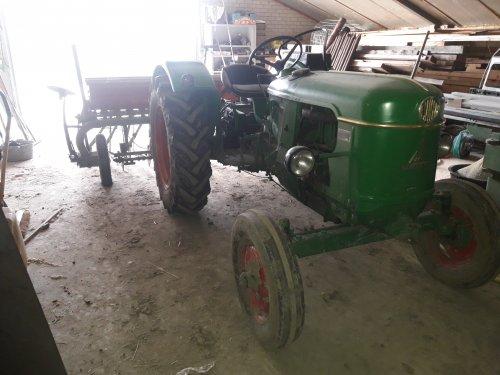 Foto van een Deutz D30S zaaimachien gereedmaken en kooiwielen er bij zoeken voor t voorjaar. Geplaatst door Deutz-5006 op 12-01-2020 om 22:36:09, op TractorFan.nl - de nummer 1 tractor foto website.