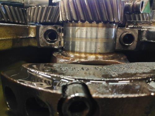 Foto van een Deutz D7506, een maand geleden een beetje groot onderhoud gedaan. ingaande as van de bak gerepareerd en de onderkant van de motor gereviseerd. Dit is het loopspoor wat op de krukas te zien was op de voorste hoofdlager tap, deze zag er op het oog nog heel netjes uit en was net een hondertste onder het minimum voor standaard maat. hoe verder je naar achter ging hoe minder mooi de tappen werden. krukas is geslepen naar de 1ste ondermaat.