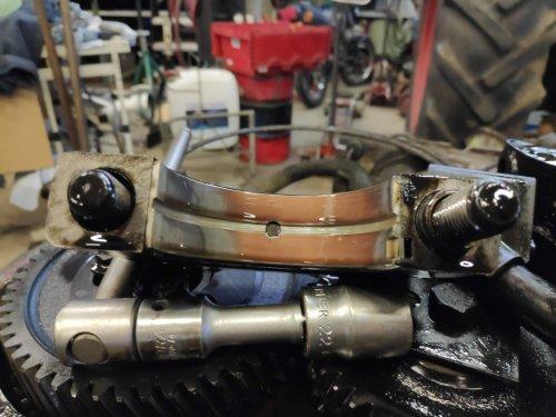 Foto van een Deutz D7506, een maand geleden een beetje groot onderhoud gedaan. ingaande as van de bak gerepareerd en de onderkant van de motor gereviseerd. Dit is een van de krukas lagers, beetje rood geworden. krukas is geslepen naar de 1ste ondermaat.