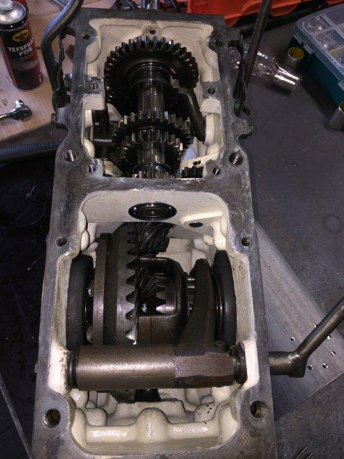 Foto van een Deutz D15 de versnellingsbak puzzel weer in elkaar zetten. Geplaatst door steyr 9087 op 13-02-2020 om 18:36:24, op TractorFan.nl - de nummer 1 tractor foto website.