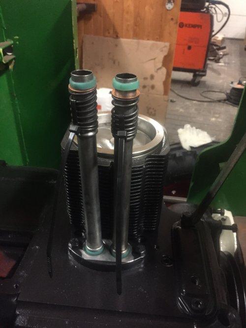 Foto van een Deutz D15  motorblok weer bijna in elkaar alleen de cilinderkop er nog op schroeven. Geplaatst door steyr 9087 op 04-03-2020 om 19:04:06, met 6 reacties.