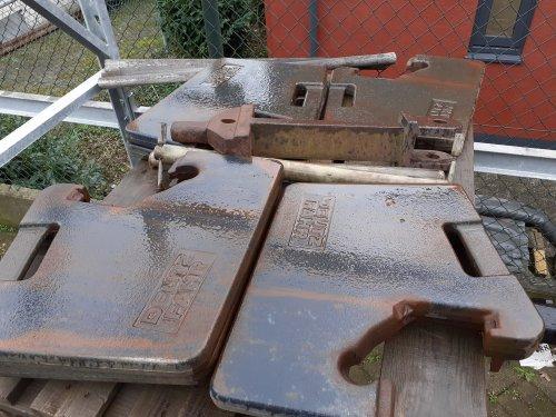Foto van een Deutz Onderdelen vandaag tegenaan gelopen. Voor weinig... Denk ik... 8 gewichtplaten van 42? Kg Plus rangeer koppeling 400 euro...... Misschien kan ik er iemand blij mee maken....