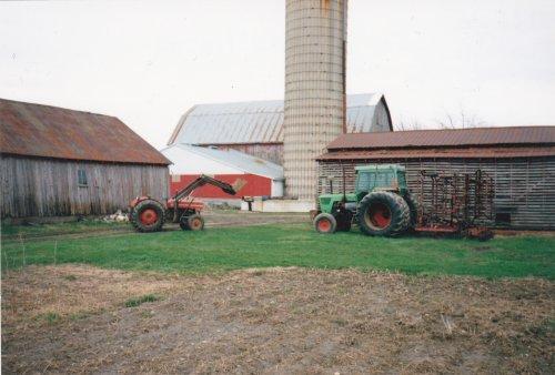 Foto van een Deutz D13006   deze foto heb ik gemaakt in Canada in 1995 , mijn oom had daar een landbouw bedrijf . Aangezien hier aardig wat deutz fan,s zijn dacht ik laat ik deze foto er op zetten .  De Deutz heeft een Custom Protetion cabine  als ik mij niet vergis . De linkse trekker is een massey ferguson 135 Multi Power.