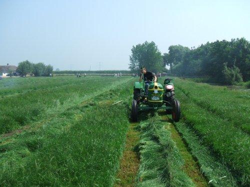 Foto van een Deutz Onbekend, bezig met gras maaien. Geplaatst door Cormickman op 08-06-2008 om 17:12:39, met 8 reacties.