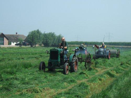Deutz F1m414 aan het grasschudden, mooie combinatie zo.. Geplaatst door Cormickman op 08-06-2008 om 19:00:46, met 9 reacties.