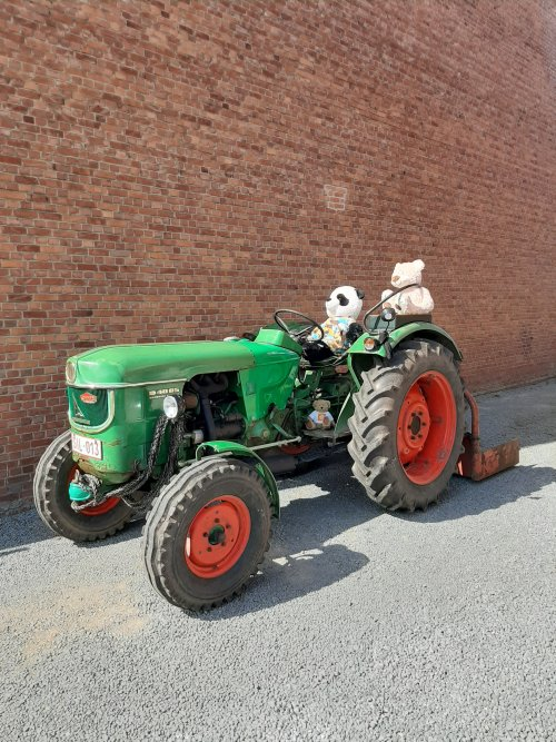 Foto van een Deutz D4005,thuis op de oprit, de berenjacht kan beginnen, geen reden te gek om een tractor buiten te halen.