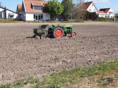 Foto van een Deutz F2L612 met een 2 rij Cramer pootmachine. Geplaatst door LG0enga op 26-04-2020 om 13:36:52, op TractorFan.nl - de nummer 1 tractor foto website.