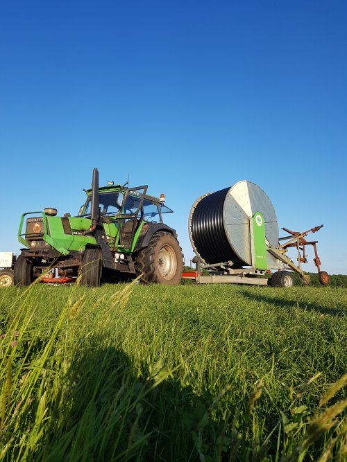 Al 30 jaar is koeienvoeren zijn werk, dit jaar mag hij haspels verzetten, alleen op grasland valt het niet mee op 2 wielen.