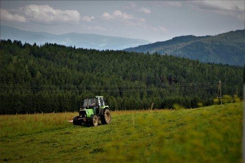 Foto van een Deutz DX 3.60 aan het gras maaien in oostenrijk. vorig jaar zelf gespot, ook een video van gemaakt