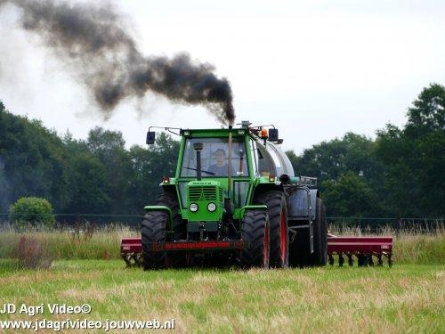 Foto van een Deutz D8006, B van der Wekken uit Speuld aan het mest injecteren. ZIE OOK DE VIDEO  https://youtu.be/EeLDwAXxZDM