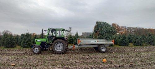 Foto van een Deutz D6507 bezig met kerstbomen halen. Geplaatst door jirmo850 op 22-11-2020 om 16:44:48, met 5 reacties.