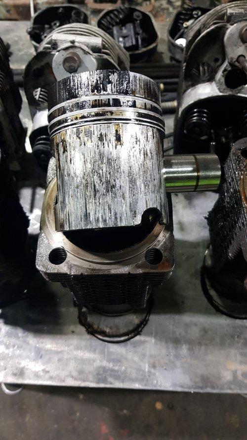 Foto van een Deutz D6006  De oorzaak van de hoge carterdruk ook gevonden.   Vanmiddag 1 nieuwe cilinderset gemonteerd en de rest voorzien van nieuwe zuigerveren.  Loopt alweer stukken beter