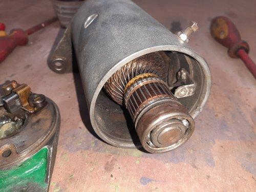 Foto van een Deutz D2505 dynamo, van 2 1 gemaakt, de montage flens was afgebroken, en bij de donor aan de andere kant gelukkig!  Weet iemand hoe je deze dynamo aansluit op de regelaar? Heb de deutz schema's maar die werken niet, op internet foto's staat dat contact 61 op de regelaar, (voor lampje dashboard) gescheiden is van d+ , op de regelaar zit 61 en d+ op een contact, lampje gaat niet uit, laad ook niet bij,  Is het Wattage van het lampje nog van belang? Zit nu een 06 laadkontrole lampje in, dus van de balk met lampjes, van de latere 06 dus niet uit de klok  2505 poelie eraf 4005 poelie erop, getest met draaistroom motor ong 1500 rpm nagenoeg geen verschil in poelie diameter   Is overigens werkend uit de trekker gehaald, net als de regelaar, wil dit set in mijn tour trekker bouwen, er zit nu een wissel dynamo in de 2505 ivm laad problemen bij korte rij afstanden