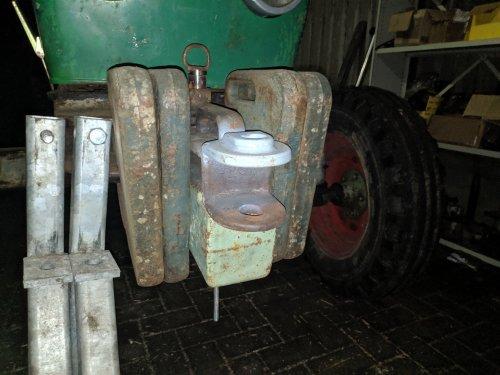 Foto van een Deutz Onderdelen, laatst een zeer zeldzaam stukje ijzer op de kop getikt. Het onderhang gewicht voor de voortrekhaak/rangeerkoppeling