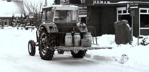 Foto van een Deutz tijdens de winter 1979. Ik denk dat het een D5206 is. Je ging toen met de trekker naar het dorp om boodschappen te doen.