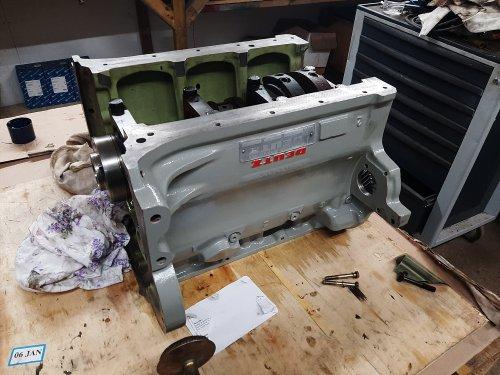 Foto van een Deutz D4006 motor stukje bij beetje weer opbouwen, alleen nog de drijfstang bouten binnen krijgen en dan heb ik alles binnen!