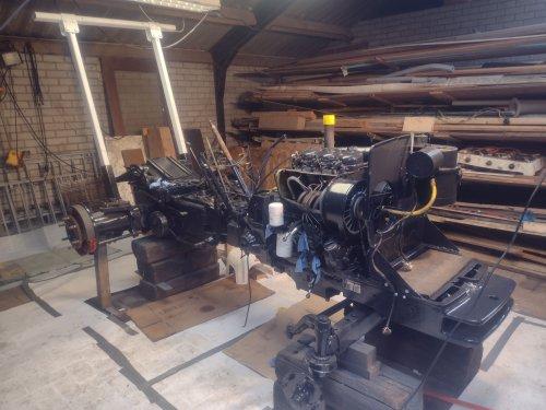 Foto van een Deutz D5006 eindelijk weer verder met het deutzke het  chassis mooi blauw gespoten en de nodige dingen al vervangen