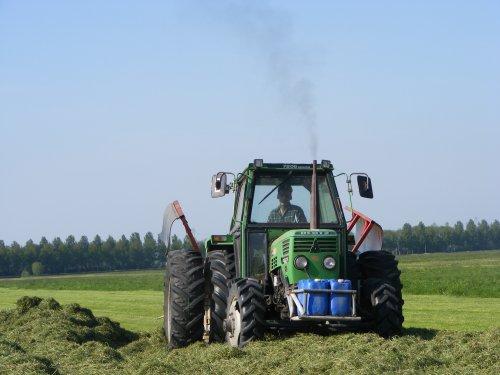 Foto van een Deutz D7206, bezig met gras inkuilen. dit is met de eerste snede dit jaar (2008). Geplaatst door arjank110 op 05-07-2008 om 21:01:47, met 5 reacties.