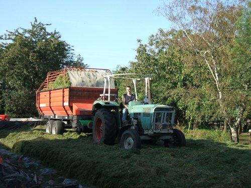 Foto van een Deutz D6006, bezig met gras inkuilen.. Geplaatst door Cormickman op 27-09-2008 om 21:16:14, met 2 reacties.