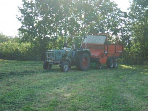 Foto van een Deutz D6006, bezig met gras inkuilen.. Geplaatst door Cormickman op 27-09-2008 om 21:20:36, met 5 reacties.