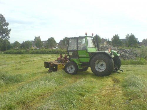 Foto van een Deutz IN-trac, bezig met gras maaien.. Geplaatst door kymco sjonnie op 01-10-2008 om 20:44:32, met 5 reacties.